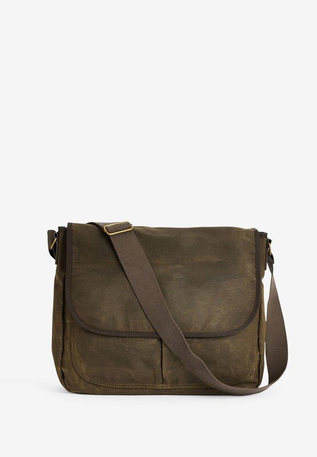 KHAKI WAXED MESSENGER BAG - Taška spříčným popruhem - green