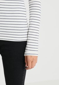 Zalando Essentials Tall - Long sleeved top - offwhite/dark blue - 5