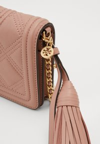 Tory Burch - FLEMING SOFT WALLET CROSSBODY - Taška s příčným popruhem - pink moon - 5