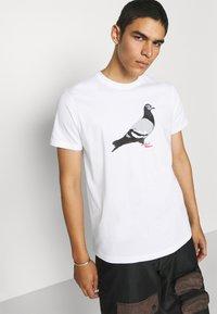 STAPLE PIGEON - TEE UNISEX - Print T-shirt - white - 4