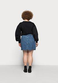 Vero Moda Curve - VMMIKKY RAW SKIRT MIX - Mini skirt - medium blue denim - 2