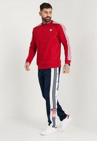 adidas Originals - 3 STRIPES CREW UNISEX - Sweatshirt - powred - 1