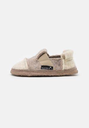 BERG UNISEX - Domácí obuv - natur