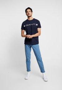 GANT - STRIPE - T-shirt med print - evening blue - 1