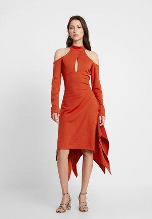 COLD SHOULDER CUT OUT DRESS - Žerzejové šaty - rust