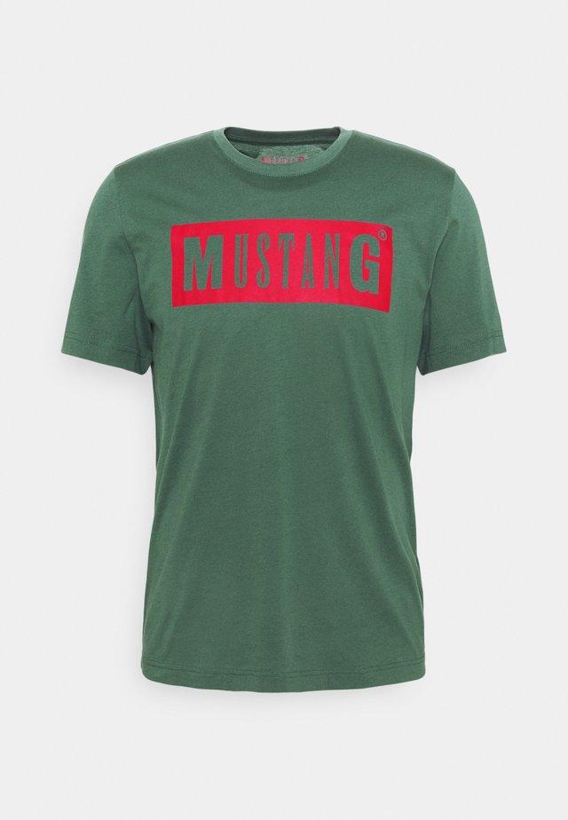 ALEX LOGO TEE - T-shirt imprimé - mallard green