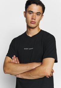 Night Addict - NEVER - T-shirt med print - black - 3