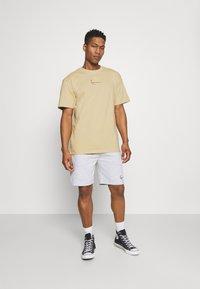 Karl Kani - SMALL SIGNATURE TEE UNISEX - Print T-shirt - sand - 1