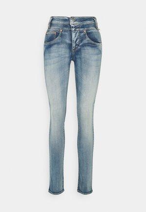 SHARP SLIM ORGANIC - Jeans Slim Fit - faded blue