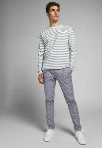 Jack & Jones - MARCO DAVE LEINEN - Pantalones chinos - black - 1