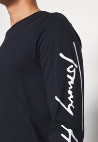 Tommy Hilfiger - SIGNATURE SLEEVE TEE - Maglietta a manica lunga - blue - 5