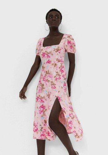 MIT RÜCKENAUSSCHNITT  - Day dress - light pink