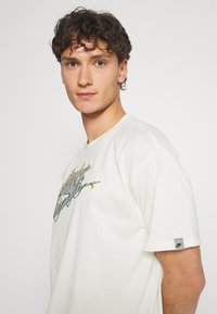 Nike Sportswear - TEE EMBROID - T-shirt med print - pure - 3