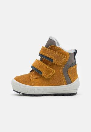 GROOVY - Winter boots - gelb/blau
