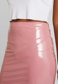 Nly by Nelly - PATENT SHORT SKIRT - Minisukně - dark pink - 4