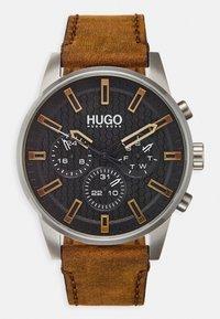HUGO - SEEK - Hodinky - brown - 0