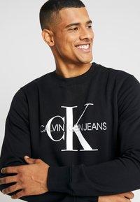 Calvin Klein Jeans - ICONIC MONOGRAM CREWNECK - Sweatshirt - black - 3
