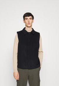 Bruuns Bazaar - HEJA MARTIN WOOL VEST - Bodywarmer - navy blazer - 0