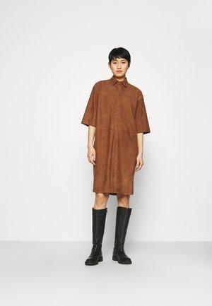 HUE DRESS - Košilové šaty - cappuccino