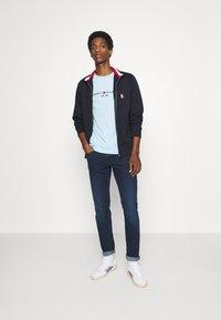 Tommy Hilfiger - LOGO TEE - T-shirt z nadrukiem - blue - 1