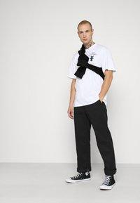 Edwin - STRANGE OBJECTS - Print T-shirt - white - 1
