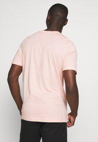 adidas Originals - TEE - Camiseta estampada - Pink - 2