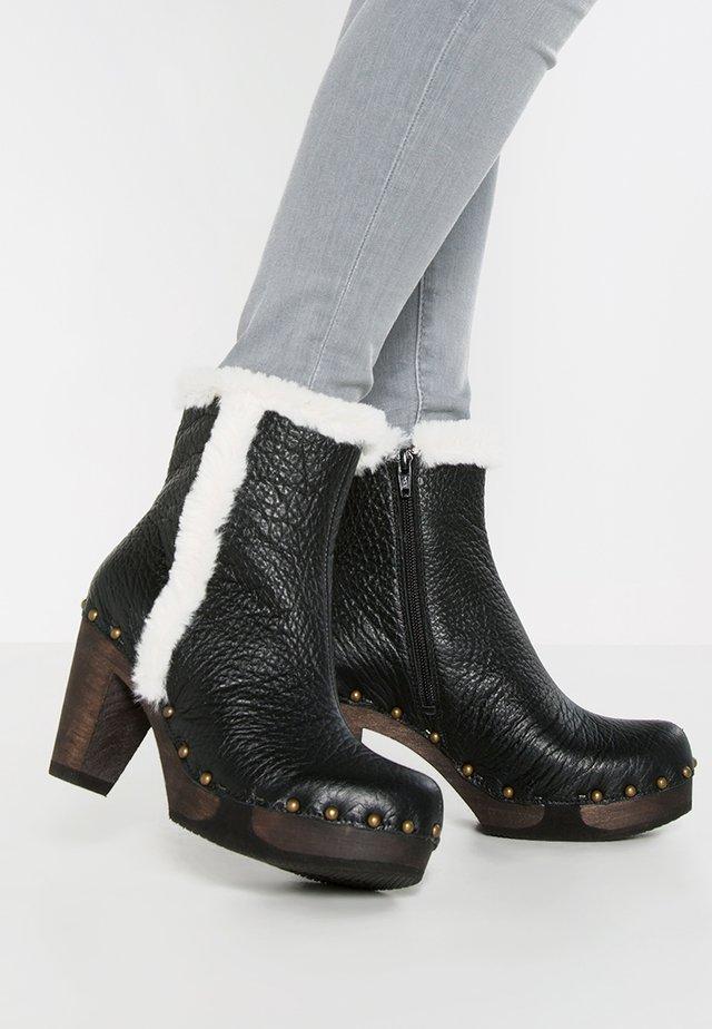 FAHIMI - Kotníkové boty na platformě - schwarz