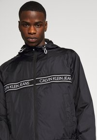 Calvin Klein Jeans - LOGO TAPE JACKET - Veste légère - black - 4