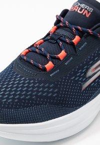 Skechers Performance - GO RUN FAST - Sportieve wandelschoenen - navy/coral - 5