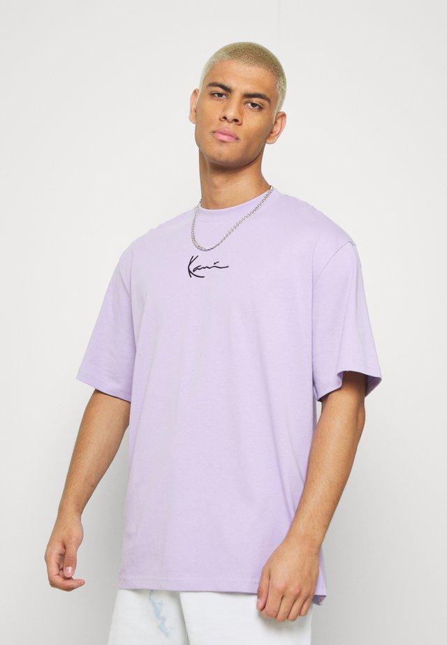 SMALL SIGNATURE TEE - Camiseta básica - lilac