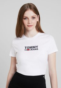 Tommy Jeans - TJW CORP LOGO TEE - T-shirt med print - classic white - 0