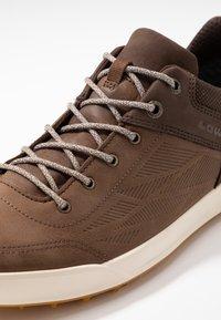 Lowa - OAKLAND GTX - Walking trainers - braun - 5