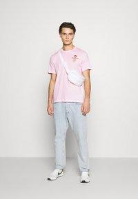 Nike Sportswear - TEE FOOD CART - Print T-shirt - pink foam - 1