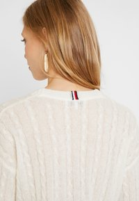Tommy Hilfiger - ESSENTIAL CABLE - Strickpullover - white - 7