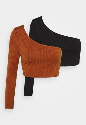 CROP ASYMMETRIC ONE SLEEVE 2 PACK - Long sleeved top - black/red