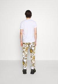 Versace Jeans Couture - PRINT REGALIA BAROQUE - Verryttelyhousut - bianco/gold - 4