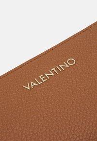 Valentino Bags - SUPERMAN - Wallet - cognac - 3