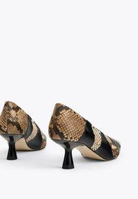 Uterqüe - MIT PRINT - Classic heels - black - 3