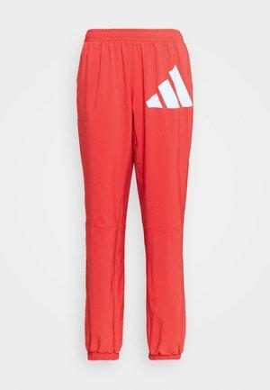 BOS PANT - Pantalon de survêtement - crered/white