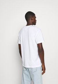 Tommy Jeans - PLAID CENTRE FLAG UNISEX - T-shirt con stampa - white - 2