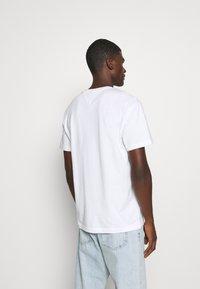 Tommy Jeans - PLAID CENTRE FLAG UNISEX - T-shirt z nadrukiem - white - 2