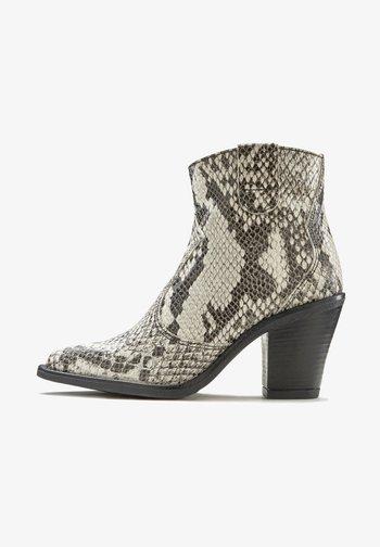 High heeled ankle boots - hellgrau