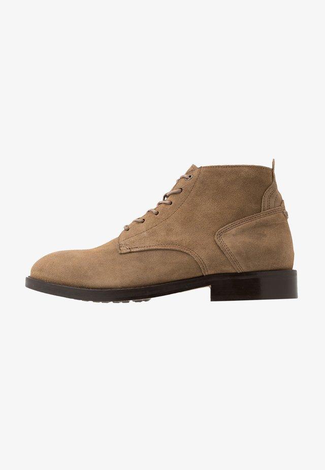 MORRIS - Šněrovací kotníkové boty - taupe