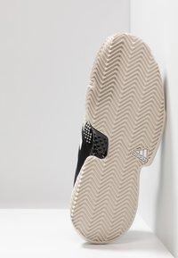 adidas Performance - SOLECOURT BOOST CLAY - Tennisskor för grus - clear black/footwear white/raw white - 4