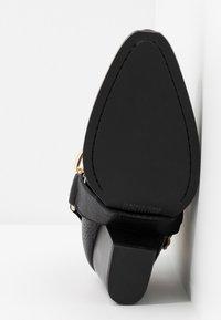 Versace Jeans Couture - Stivaletti con tacco - nero - 6
