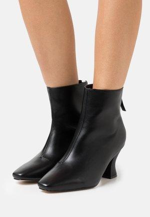 WIDE FIT OLERIA - Kotníkové boty - black