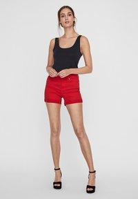 Vero Moda - VMHOT SEVEN MR FOLD SHORTS COLOR - Denim shorts - goji berry - 1