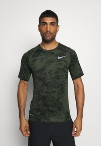 Nike Performance - SLIM  - Camiseta estampada - medium olive/white - 0