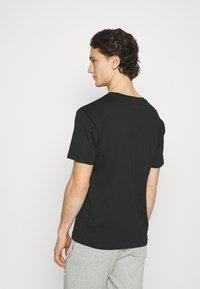 New Balance - ESSENTIALS EMBROIDERED TEE - Basic T-shirt - black - 2