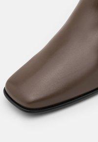 Filippa K - EILEEN BOOT - Kotníkové boty - grey taupe - 6